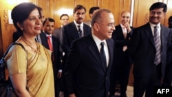 Indian Foreign Secretary Nirupama Rao (left) and her Pakistani counterpart Salman Bashir (centre)