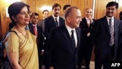 Indian Foreign Secretary Nirupama Rao (left) and her Pakistani counterpart Salman Bashir (centre)