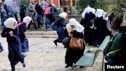 Pamje e palestinezëve duke ikur nga intervenimi i policisë izraelite në Qytetin e Vjetër të Jerusalemit