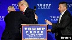 Арнайы қызмет агенттері Дональд Трампты мінберден алып кетіп барады. Невада, АҚШ, 6 қараша 2016 жыл.