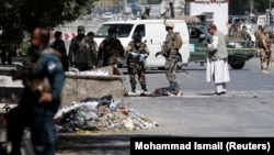 Террорлық шабуыл жасалған жерде тұрған ауған қауіпсіздік күштері.Кабул, 23 шілде 2016 жыл.