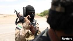 Ополченец «Демократических сил Сирии» (SDF) в сирийской провинции Ракка.14 июня 2017 года.