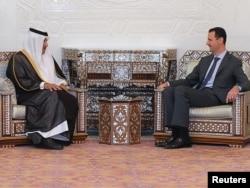 Башар Асад (справа) встречается с премьером Катара, Дамаск, 26 октября 2011