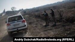 Автомобіль ОБСЄ в Золотому, Луганська область, листопад 2019 року