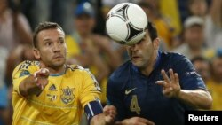 Андрей Шевченко (слева) и Адил Рами во время матча Украина - Франция. Донецк, 15 июня 2012 г