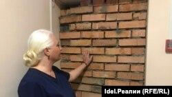 Лилия Умарова перед замурованной дверью