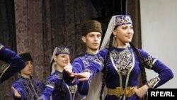 Кримські татари в національному одязі