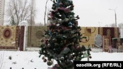 Новогодняя ёлка на одном из базаров в Ташкенте.