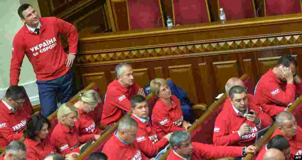 Україна – Лідер опозиційної партії УДАР Віталій Кличко зі своєю фракцією під час церемонії відкриття нової парламентської сесії, Київ, 3 вересня 2013 року