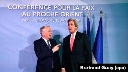 Министр иностранных дел Франции Жан-Марк Эйро и госсекретарь США Джон Керри на встрече в Париже.