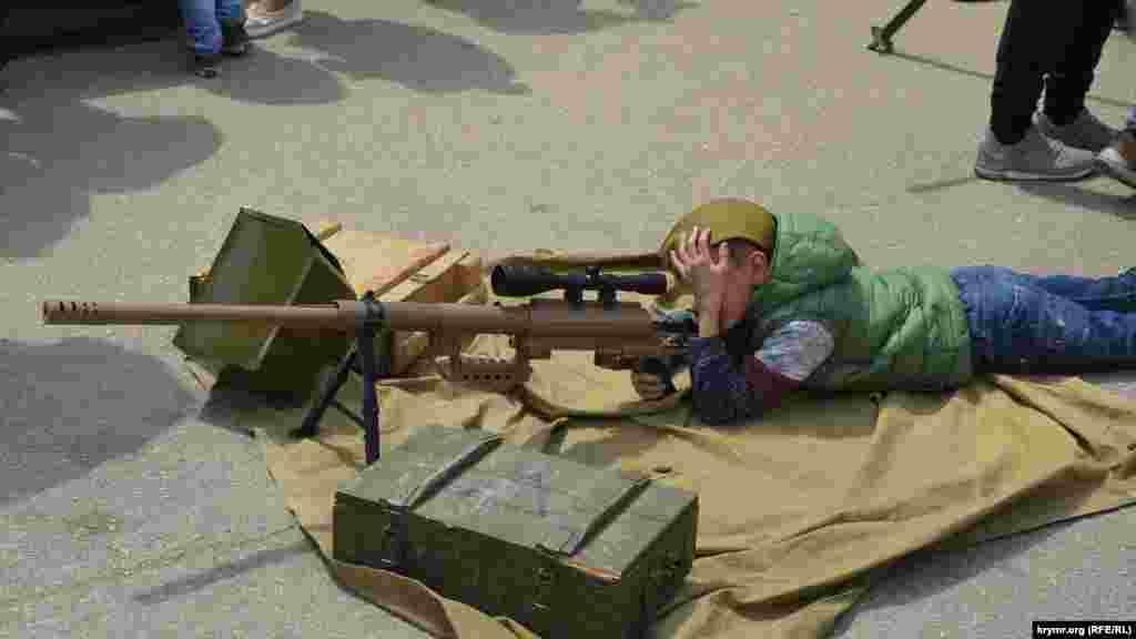 Bala silâ sergisinde tüfekni baqa