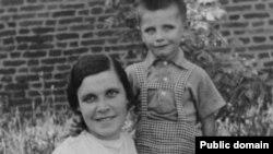 Ларыса Геніюш і яе сын Юрка, Прага, 1940