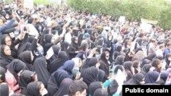 عکس «تسنیم» از تجمع امروز مقابل استانداری خوزستان در اهواز.