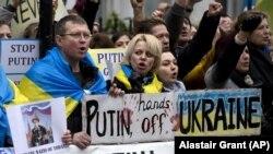 Акція протесту біля посольства Росії у Великій Британії проти російської агресії щодо України. Лондон, 2 березня 2014 року