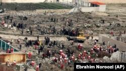 Спасательные службы на месте падения фрагментов самолета в окрестностях Тегерана. 8 января 2020 года.