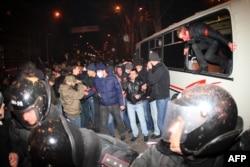 Учасници Самооборони вибираються з оточеного проросійськими активістами автобуса через вікна. Донецьк, 13 березня 2014 року