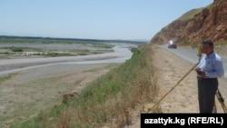 Кыргыз-өзбек чек арасынын суу бөлүп турат.