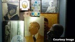 """Фото Документационного центра """"Территории партийных съездов НСДАП: выставочная витрина ручныx работ с изображением Гитлерa"""