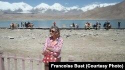 Қаракөл маңында жүрген шетелдік туристер. Қытай, 16 мамыр 2001 жыл.