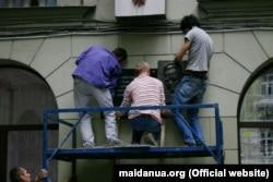 Встановлення пам'ятної дошки Юрію Шевельову (фото: maidanua.org)