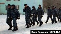 Подразделение внутренних войск МВД заступает на дежурство по охране общественного порядка. Город Жанаозен Мангистауской области, 17 февраля 2012 года.
