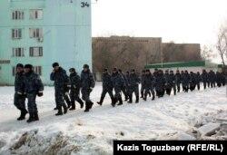 Подразделение внутренних войск заступает на дежурство. Жанаозен, 17 февраля 2012 года.