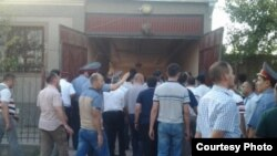 Обвиняемые в убийстве в ходе следственных действий в доме семьи Бобоевых.