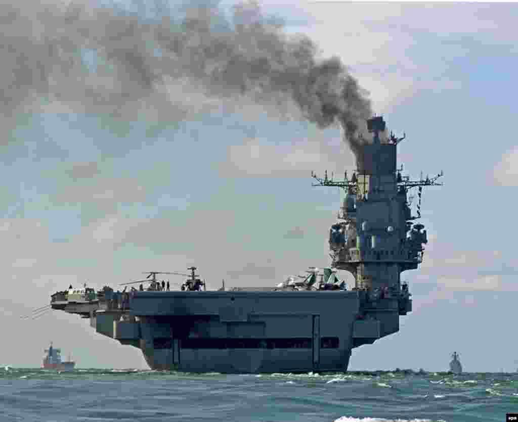Admiral Kuznjecov prolazi pored bijelih stijena Dovera, jugoistočna Engleska, 21. oktobar. Misija na sirijskoj obali istočnog Sredozemnog mora će biti prva ikada borbena operacija za ovu problematičnu relikviju Sovjetskog Saveza.
