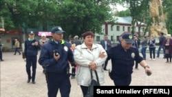 Полиция задерживает Оксану Терновскую, вышедшую на одиночный пикет против сноса памятника Маншук Маметовой. Уральск, 22 мая 2017 года.