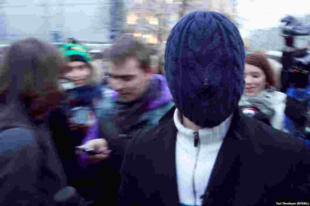 """""""Независимый журналист"""" развлекал сотню журналистов в ожидании раздачи палаток"""