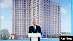 Predsednik Alijev promoviše projekat stambenog bloka za novinare