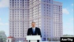 Президент Азербайджана Ильхам Алиев на церемонии открытия жилого дома. Баку, 22 июля 2013 года.
