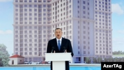 İlham Əliyev jurnalistlər üçün tikilən evin açılışında, 2013