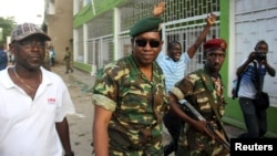 Gjenerali Godefroid Niyombare (në mes)