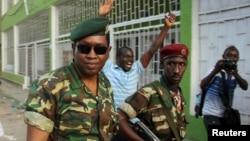 Генерал-майор Гоудфройд Нийомбаре (сол жақта) Radio Publique Africaine радиосы кеңсесі алдында. Бужумбура, 13 мамыр 2015 жыл.