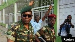 Генерал-майор Годфруа Нийомбаре (слева) перед зданием радиостанции Radio Publique Africaine (RPA). 13 мая 2015 года.