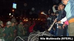 Пратэстоўцы спрабуюць прарвацца праз агароджу з калючага дроту каля прэзыдэнцкага палаца ў Каіры