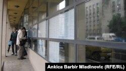 Mladi ispred zavoda za zapošljavanje u Zagrebu