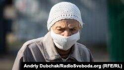 Жінка в медичній масці, Київ