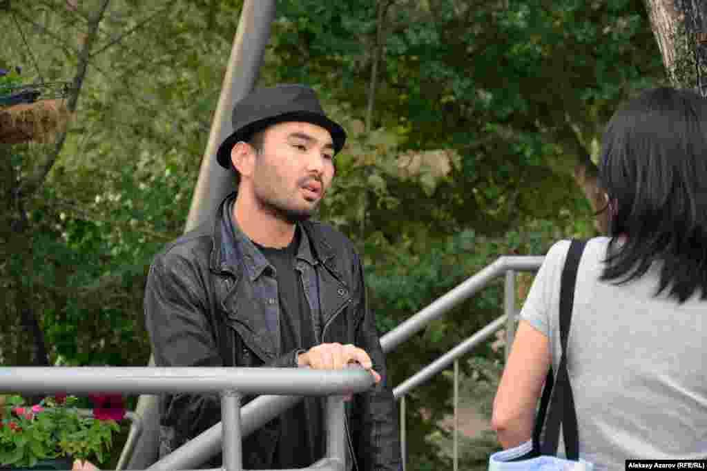 Среди зрителей можно было увидеть несколько известных в Казахстане творческих деятелей – кинорежиссеров Аскара Узабаева, Жасулана Пошанова, Ерлана Нурмухамбетова. Пришел посмотреть на фильм своих друзей и популярный певец Галымжан Молданазар (на снимке).
