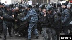 Мәскеуде полиция митингіге шыққандарды тұтқындап әкетіп барады. Мәскеу, Триумф алаңы, 31 наурыз 2012 жыл.
