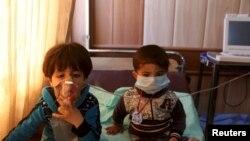 Fëmijët duke u trajtuar në spital në fshatin Taza