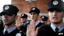 Pjesëtarë të policisë së Kosovës gjatë dhënies së betimit