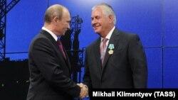 Putin 2013-cü ildə Tillersona Dostluq ordeni verib