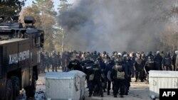Болгарские полицейские стоят у мусорных контейнеров рядом с лагерем для беженцев. Харманли, 24 ноября 2016 года.