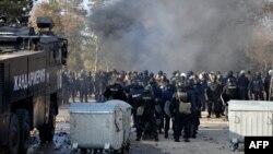 Болгария полициясы Харманлидегі босқындар лагерінің маңында тұр. 24 қараша 2016 жыл.
