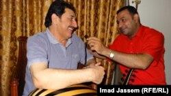 الفنان كريم منصور يحتضن العود مبتسما