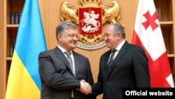 Украин президент Петро Порошенко (солдо) менен грузин президенти Георги Маргелашвили, Тбилиси, 18-июль 2017-жыл.