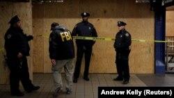 Քննիչները զննություն են անցկացնում երեկվա ձախողված ահաբեկչական գրոհի վայրում, Նյու Յորք, 11-ը դեկտեմբերի, 2017 թ.