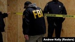 Agjentë të FBI-së gjatë një kontrolli të mëparshëm në vendin e krimit